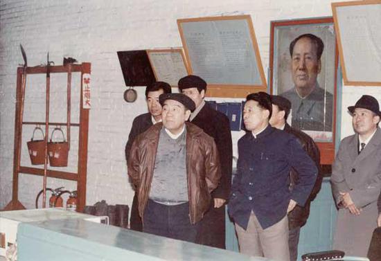 1991 年2 月,布赫同志(前排左一)在乌海市老石旦煤矿主井绞车房视察工作。(神华乌海能源公司提供)