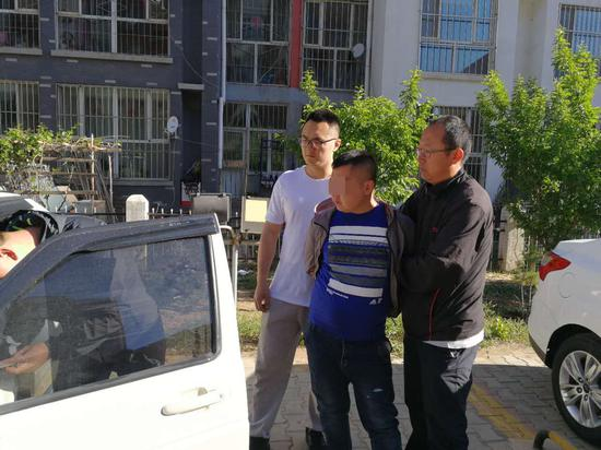 民警依法对嫌疑人所驾驶的车辆进行检查