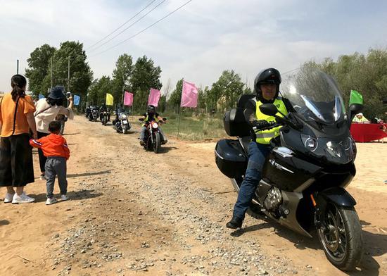 摩托骑游团驶入营地 内蒙古晨报全媒体记者 郝琴摄影