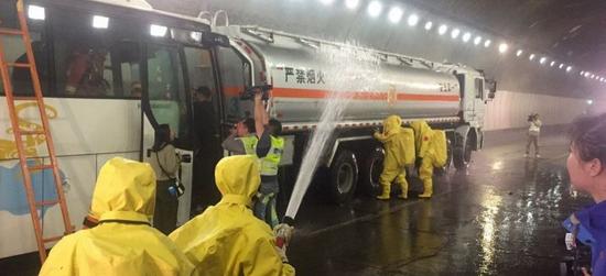 消防战士紧急处理泄漏情况