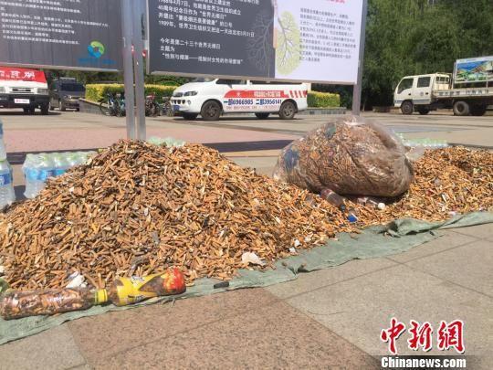 """烟头很快便堆成一座""""小山""""。"""