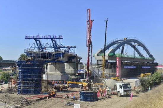 通辽市通辽客专中铁九局首个48米跨铁路连续梁转体施工现场。