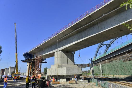 通辽客专通辽特大桥48米跨铁路连续梁正在进行转体作业。