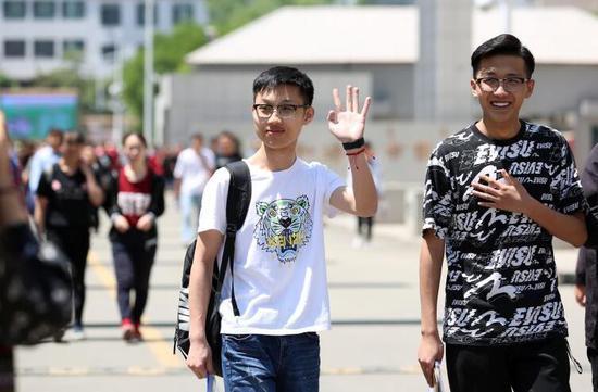 6月7诶,考试结束后,考生们自信地走出考场 呼和浩特新闻网记者 郝少杰 摄