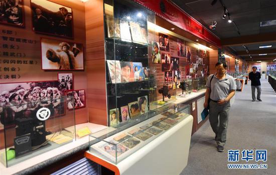 市民在内蒙古电影博物馆内参观(6月10日摄)。