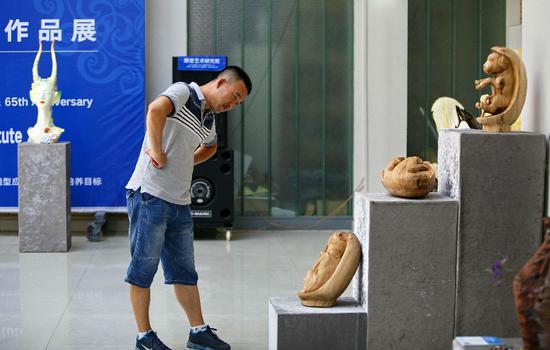 学生参观雕塑作品《江格尔十二勇士》。