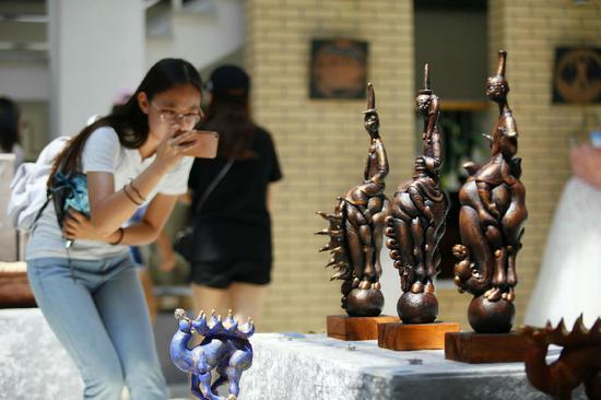 雕塑作品《赞颂》。