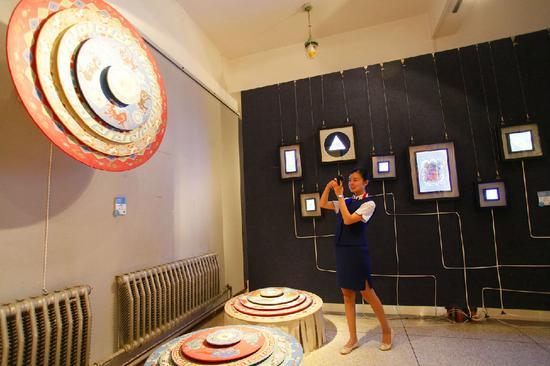参观壁画《五春图》。