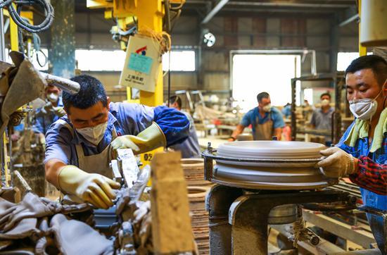 内蒙古精诚高压绝缘子公司的生产线紧张忙碌。