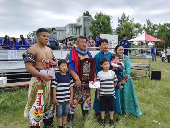 我区摔跤手青照日格图(左三)、杭盖(左一)与新潟蒙古族群众合影