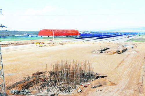 七苏木中欧班列枢纽物流基地项目施工现场。 海军