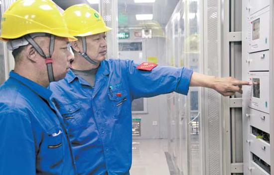 于5 月底建成的兴旺110KV变电站解决了乌达工业园变电站10KV 电力间隔不足的问题,满足了部分企业双电源接入的需求,为今后园区企业生产运行提供了可靠的电力保障。(秋华 摄)