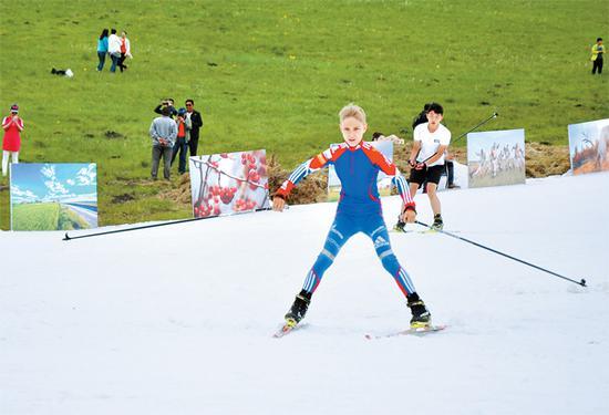 参赛选手在赛道上英姿飒爽。记者刘玉荣摄