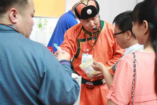 布和巴特尔向参观者介绍他的产品。图片由布和巴特尔提供