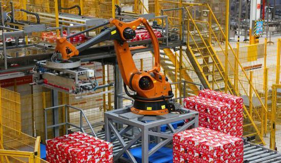 伊利厂区内正在工作的机器人。