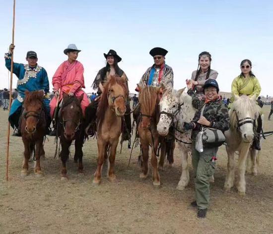 游客体验骑马的乐趣。