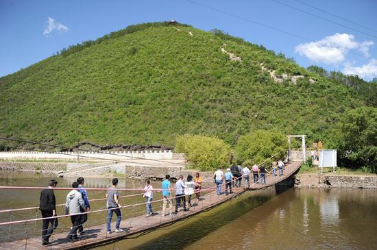 大量慕名而来的游客参观猎民村