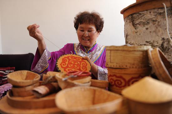 非物质文化遗产白桦树皮工艺品制作