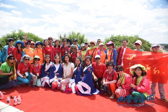 24 日, 昭君家乡人在昭君墓前合影 全媒体记者 王乐 弓小立摄影