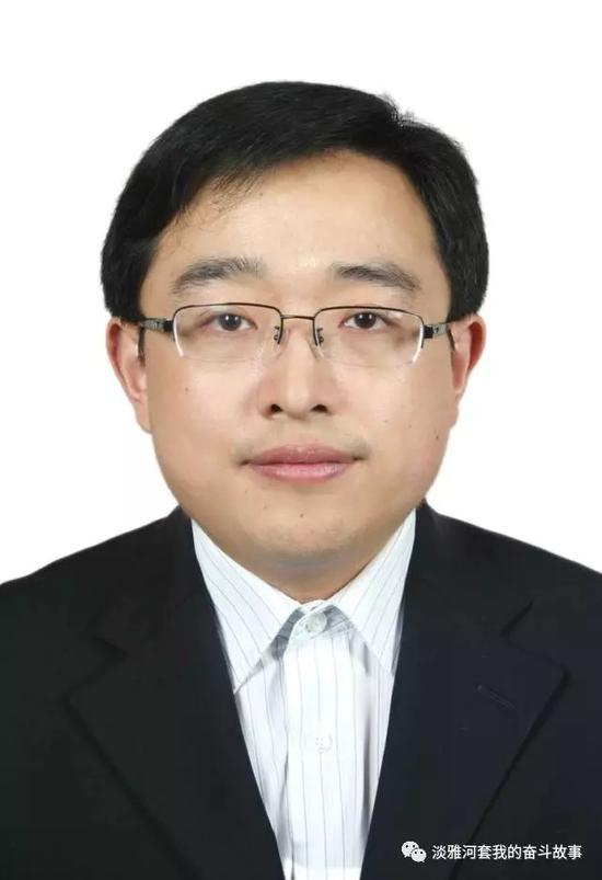 清华大学环境工程硕士、法学博士,内蒙古团委青工农牧部部长,内蒙古自治区青年企业家协会秘书长。