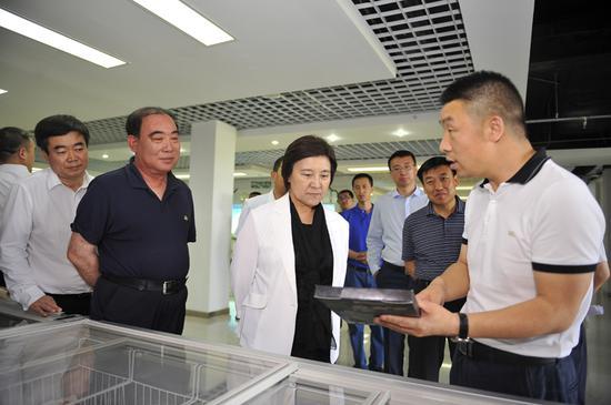 6月26日,自治区党委副书记、自治区主席布 小林在蒙羊牧业股份有限公司详细了解企业生产、加工及销售情况。韩卿立摄