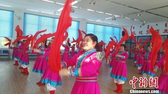 图为兴科社区居民组织的安代舞队正在表演。 尚虹波 摄