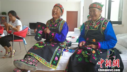 图为蒙古族老额吉在兴科社区教年轻人刺绣技艺。 尚虹波 摄