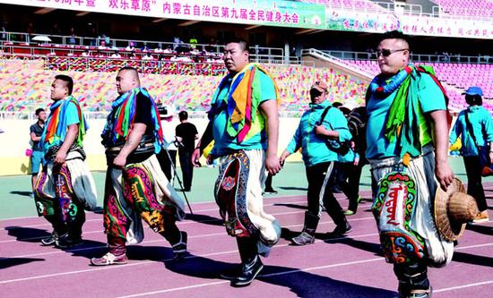 参加搏克运动项目的运动员步入会场。(石历增 摄)