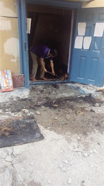 一位居民正在清理现场