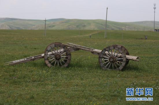 """被誉为""""草原之舟""""的勒勒车,曾经是蒙古族牧民的传统交通工具,如今已经逐渐退出历史舞台,成为草原上供游人观赏的应景之物(6月28日摄)。"""