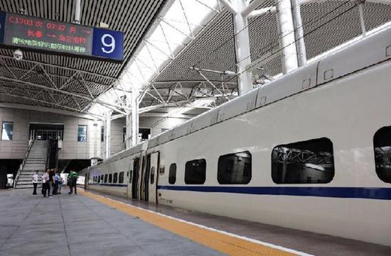 动车组列车驶出长春站