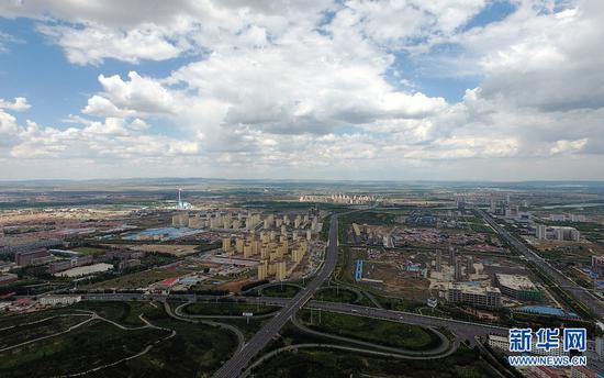 """位于蒙晋冀长城""""金三角""""的乌兰察布,如今告别""""城市孤岛"""",成为集铁路、高速公路、航空运输为一体的立体交通""""枢纽城市""""。(戴浩浩摄)"""