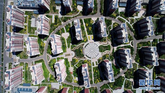近年来,乌兰察布着力加大对老城区的改造力度,制定了老城区只拆不建或多拆少建,所得空地全部用于造绿地、建广场,全力改善了老城区居住环境的提档升级方案,最大限度增加绿地面积,见缝插绿。(张勇 严晓瑜摄)