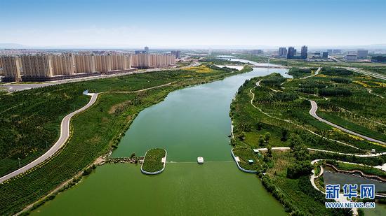 """霸王河是集宁区的""""母亲河""""。多年来由于持续干旱,霸王河地下水位严重下降,再加上垃圾侵占河道,两岸都是采石场,导致整个河道破烂不堪。2010年9月,霸王河综合治理工程开工建设,于2013年年底竣工。治理后的霸王河旧貌变新颜,形成""""一条生态走廊、三段功能分区、六座生态岛、九处重点水面、十大主题公园""""的空间景观格局。(张勇 严晓瑜摄)"""