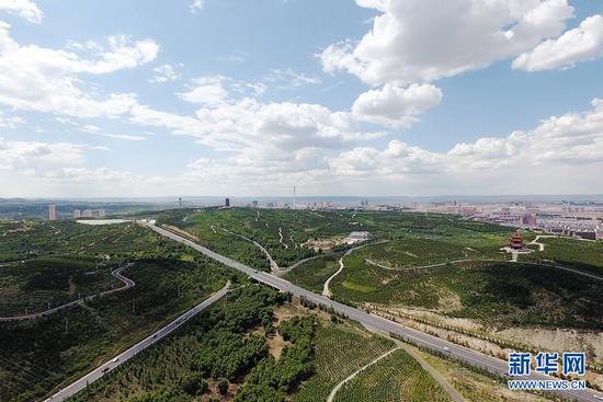 """乌兰察布近年来致力构建公路、铁路、航空为一体的交通体系,打通断头路、出口路、出区路,实现铁路、公路、航空多向通达,""""无缝对接"""",实现""""六纵十二横十二联网""""高等级公路网络布局。(戴浩浩摄)"""
