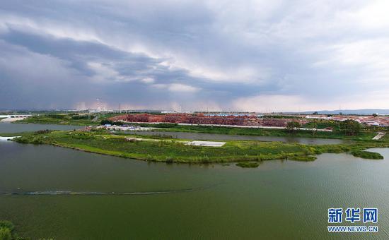 """治理后的霸王河打造了一条长15公里,宽约1公里的水域生态绿化景观带,基本实现""""春有花、夏有荫、秋有果、冬有青""""的风貌与特色,展示出霸王河""""山融水汇""""的独特魅力,成为乌兰察布市的一张闪亮名片。(戴浩浩摄)"""