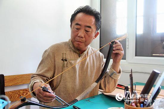 弓箭主要传承人诺敏介绍说,弓箭具有重要的文化价值,蒙古人视弓箭为护身符,蒙古族传统牛角弓制作工艺流程复杂,制作角弓技术难度高、周期长,这些生产技艺是蒙古民族长期的智慧结晶,它蕴涵着丰富的科学技术基因,是一份极其宝贵的历史遗产。王慧 实习生 韩钰泽 摄