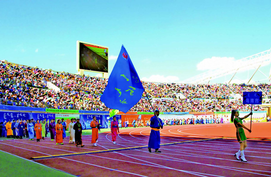 7月12日,内蒙古自治区第九届少数民族传统体育运动会在呼伦贝尔隆重开幕。图为我市代表团步入赛场。(石历增 摄)