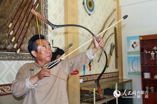 他是国家非物质文化遗产弓箭制作技艺(蒙古族牛角弓制作技艺)传承人诺敏,他所展示的弓箭是蒙古民族一直使用的是角弓,是一种用竹、木、动物角、动物筋等多种原材料用动物胶粘贴合成的复合弓。2002年他制作出了第一把弓,刚开始制作角弓需要花费很长时间,大部分时间都用在了研究如何制作上,如今有了制作团队,可以经常进行制作技艺上的交流,大大缩短了制作时间。王慧 实习生 韩钰泽 摄