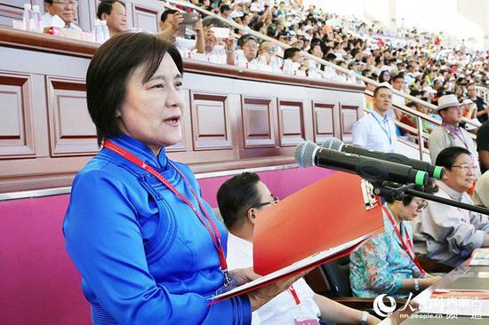 内蒙古党委副书记、自治区主席布 小林宣布运动会开幕