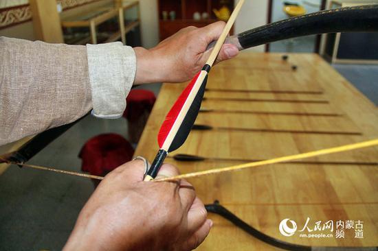 扳指是蒙古族一直使用的拉弓弦辅助用具,至今一直在沿用,在使用弓箭的时候带上扳指,拉动弓弦使箭射程更远,只有蒙古族在传统射箭比赛中要求用扳指拉弓弦,国际弓暨用三个指头拉动,也叫地中海拉法。王慧 实习生 韩钰泽 摄