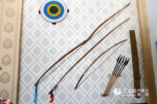 墙上的弓箭是早期使用的单木弓(竹弓),这是角弓的雏形,也是所有复合弓制作的前提,叫弓胎。人类使用复合弓之前,用的是都是简单的单木弓。王慧 实习生 韩钰泽 摄