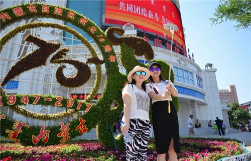 来自云南的游客在大型花坛前留影