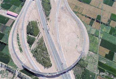 这是京新高速临白段巴彦淖尔境内的临河互通桥。