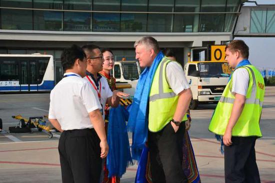 鄂尔多斯机场集团人员欢迎俄罗斯机组人员
