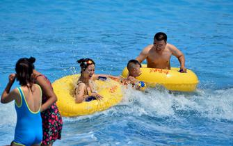 持续高温 呼和浩特市民泳池消暑纳凉