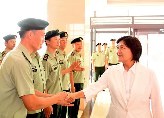 7月30日,自治区党委副书记、自治区主席布 小林在内蒙古公安边防总队慰问官兵。韩卿立摄