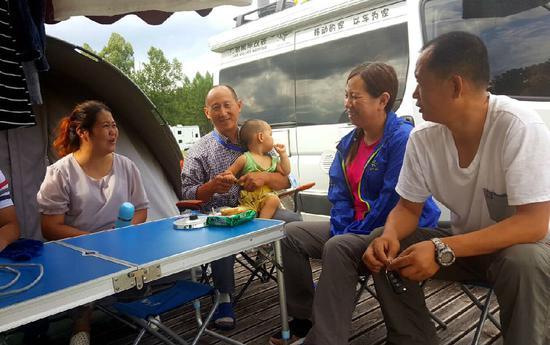 来自山西房车协会的刘先生和王先生两家人午饭后小憩