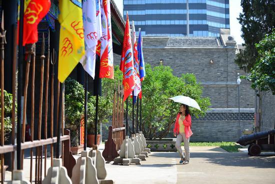 市民参观修缮一新的将军衙署。