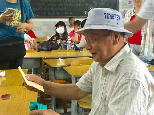 陈志宏老人高兴地查看自己的补偿款